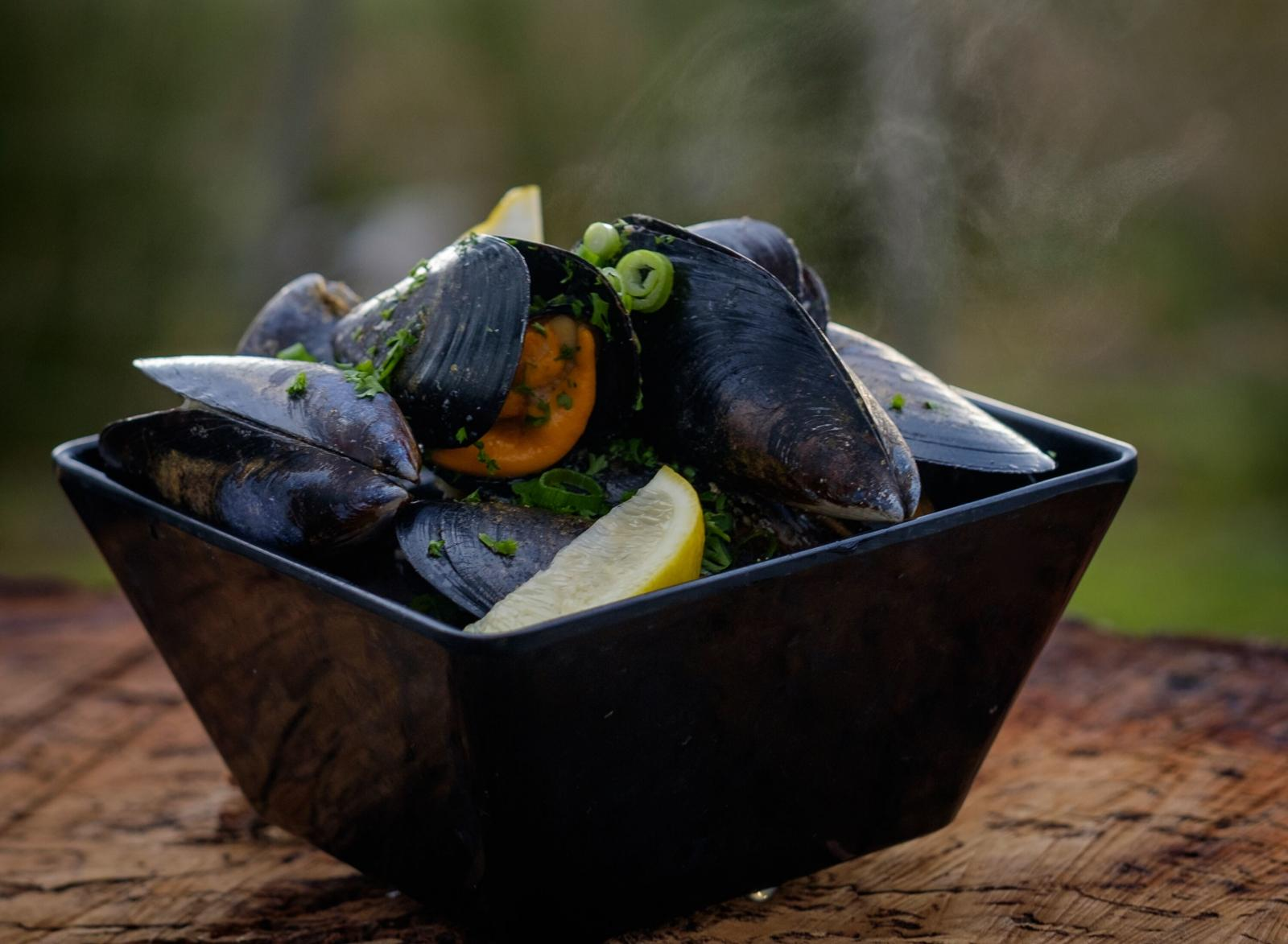 A steaming bowl of fresh mussels.